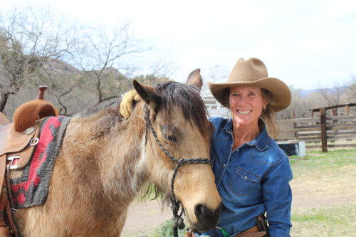 Patagonia rancher Chris Peterson smiles big with her horse Sis. (Photo by Briannon Wilfong/El Inde).